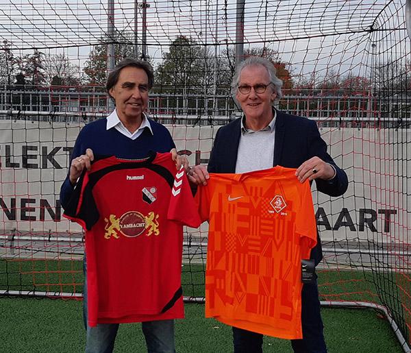 Floor v.d Velde (Recht) en Frans Schiereck (Links) ruilen shirts